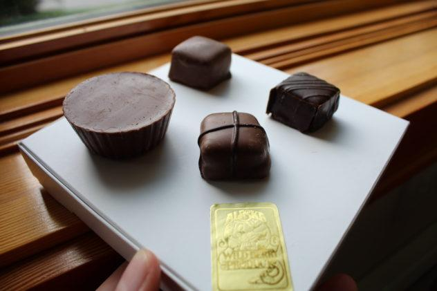 Planning a trip to Alaska but not sure where to satisfy your sweet tooth? Check out sever shops and chocolatiers in Anchorage where you can pick up a nice bar or box anytime! | #chocolate #anchorage #alaska #travel #foodies #foodie #chocolat #truffles #bonbons #shops #chocolatiers #makers #places #to #eat #restaurants #destinations #do #trip #plan